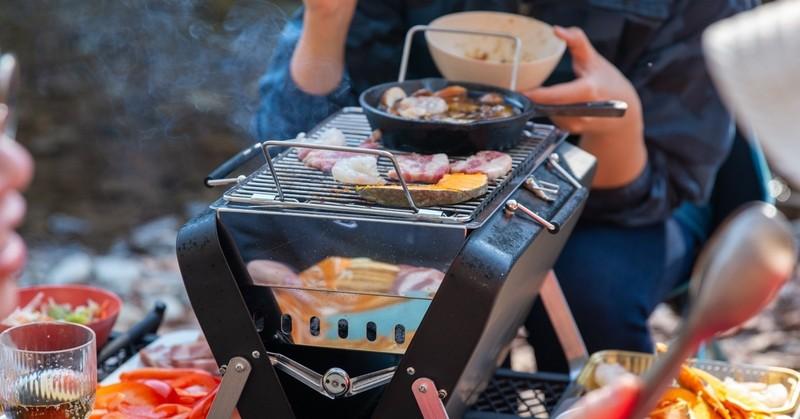 準備が面倒はもったいない「10秒バーベキュー」を実現させたスーツケース型BBQスタンド