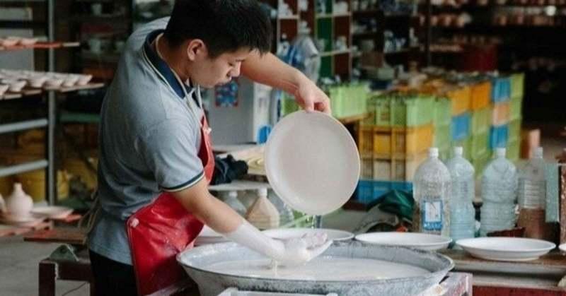 かつて海を旅した伝統の波佐見焼コンプラ瓶を現代に。林九郎窯の手仕事
